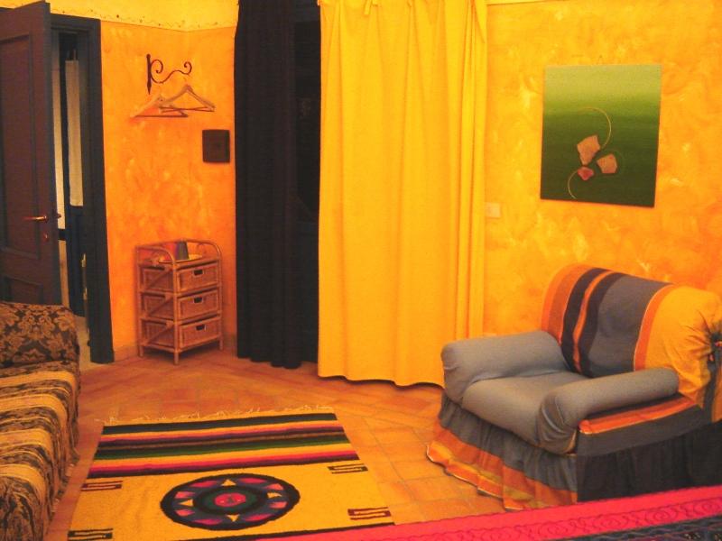 Agriturismo a Lipari, la camera arancio